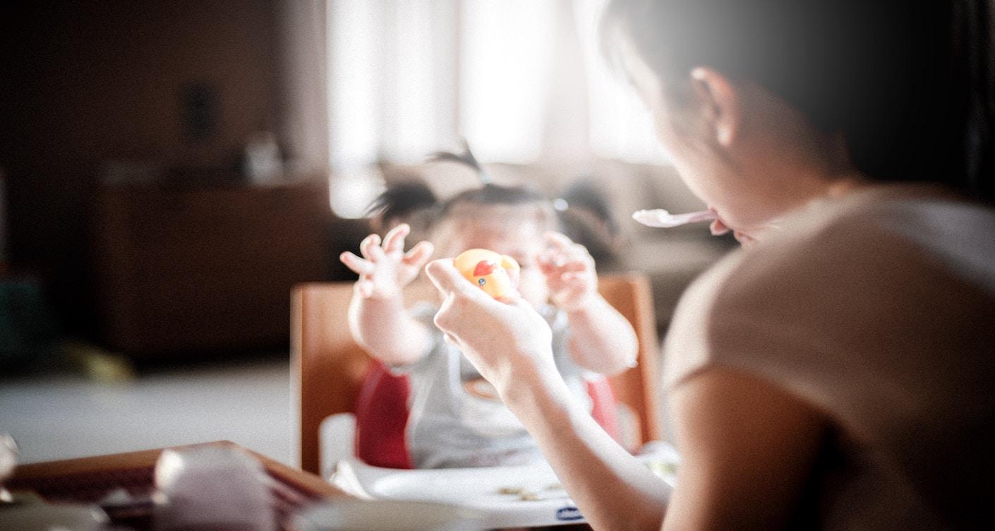 Beikost in anderen Ländern, Baby isst, Mutter füttert Kind