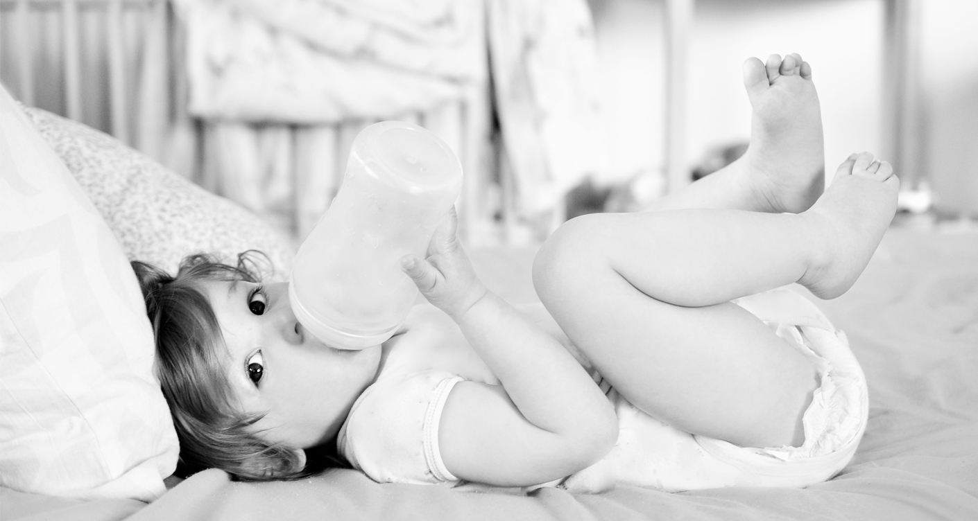 Baby trinkt Milch Kuhmilch Ersatzprodukte