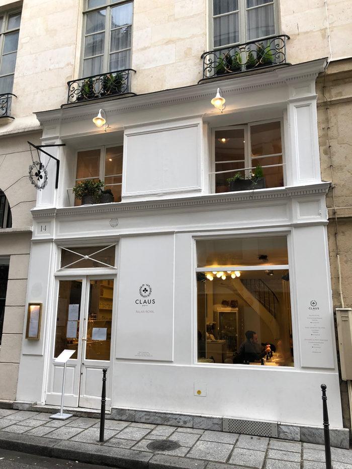 Café Claus outside, Paris mit Kind