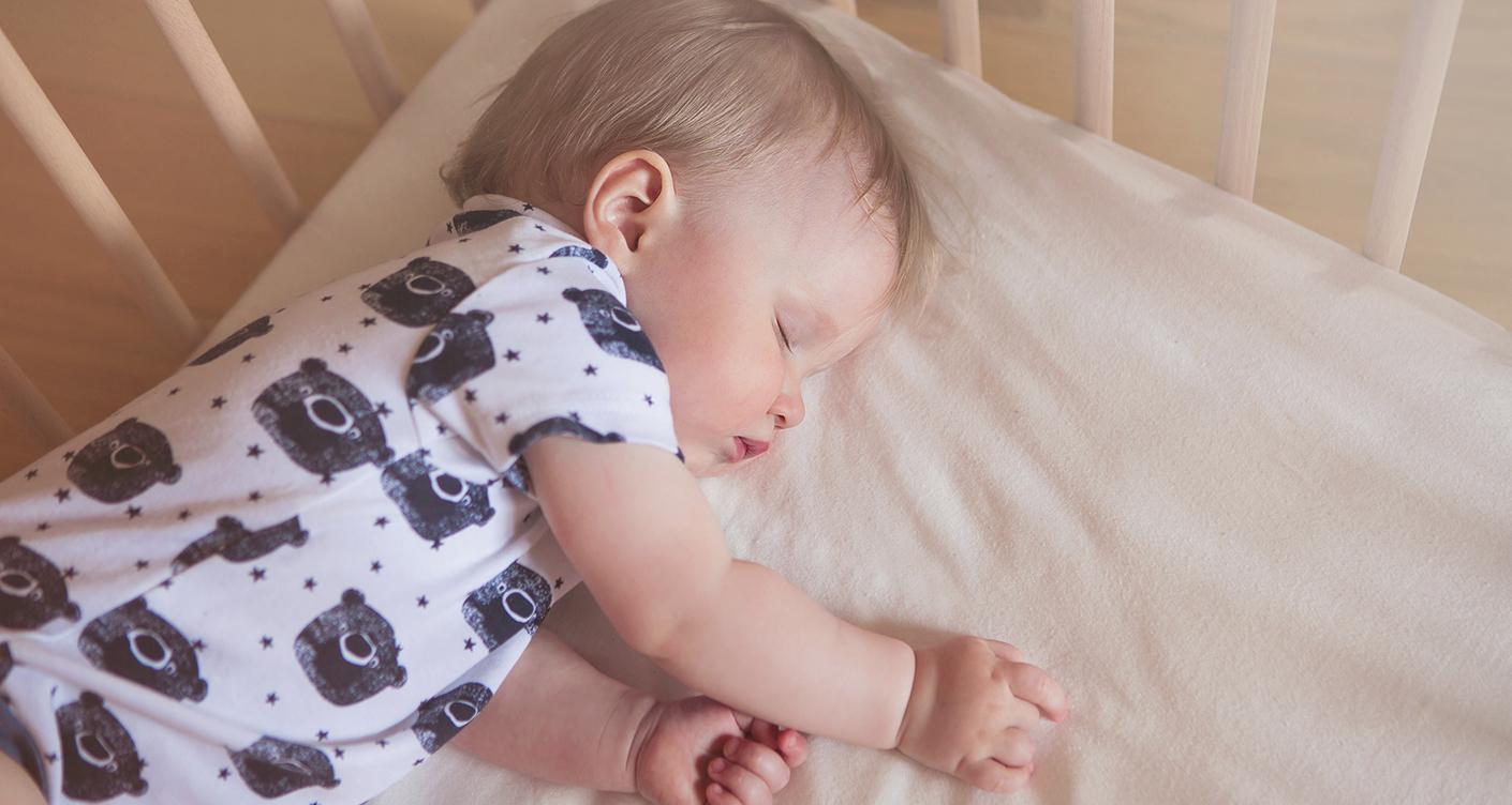Baby im Bett schlafend