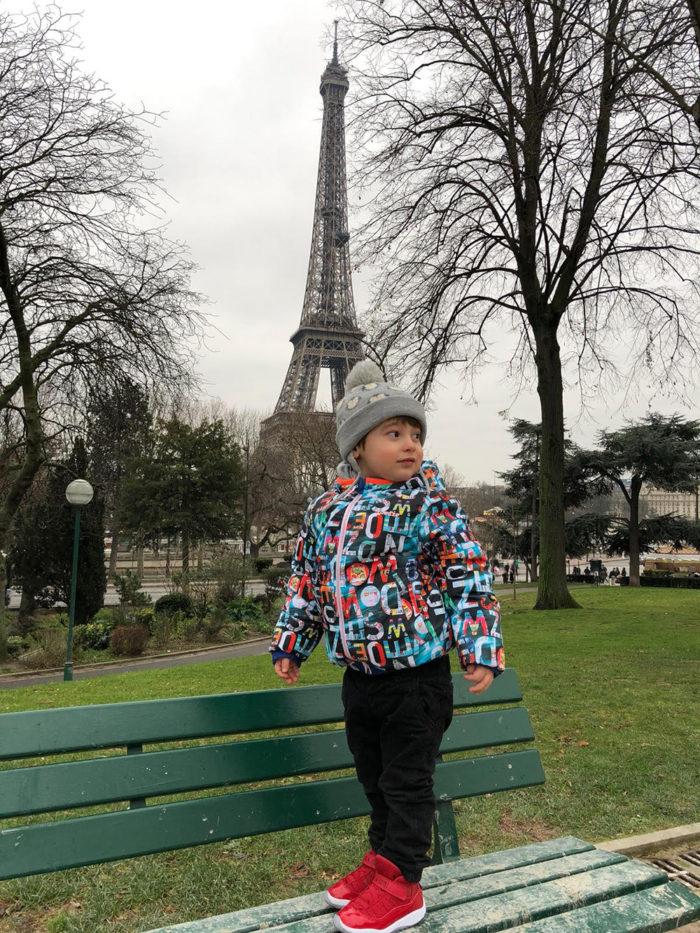 Paul vor dem Aquarium Trocadéro, Paris mit Kind