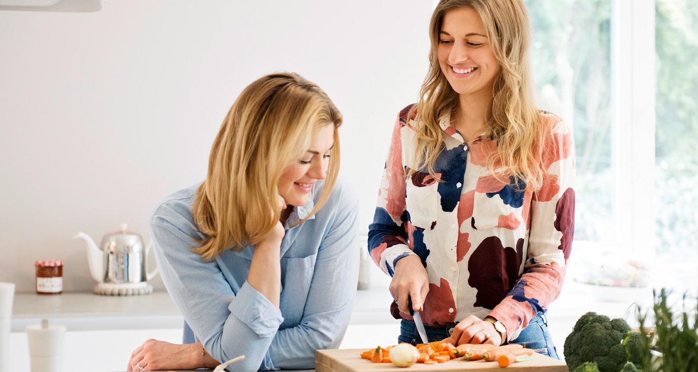 zwei Frauen kochen gemeinsam Mütter Baby Beikost Essen
