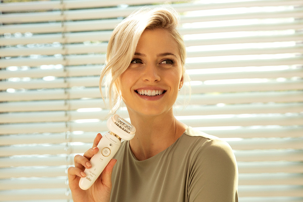Markenbotschafterin Lena Gercke präsentiert den Silk-épil 9 Flex